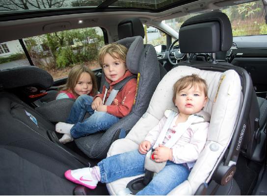 MaxiCosi 3 Kindersitze in einer Reihe